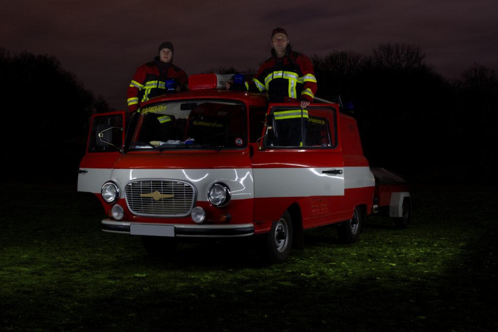 Feuerwehr mit zwei Feuerwehrmännern