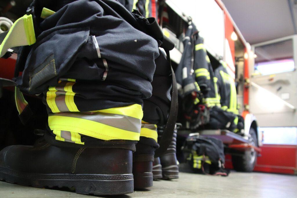 Feuerwehrkleidung einsatzbereit zurecht gelegt.